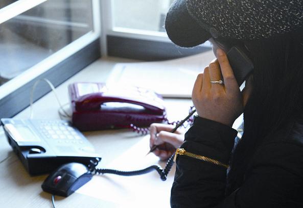 热线电话的接线员正在接听